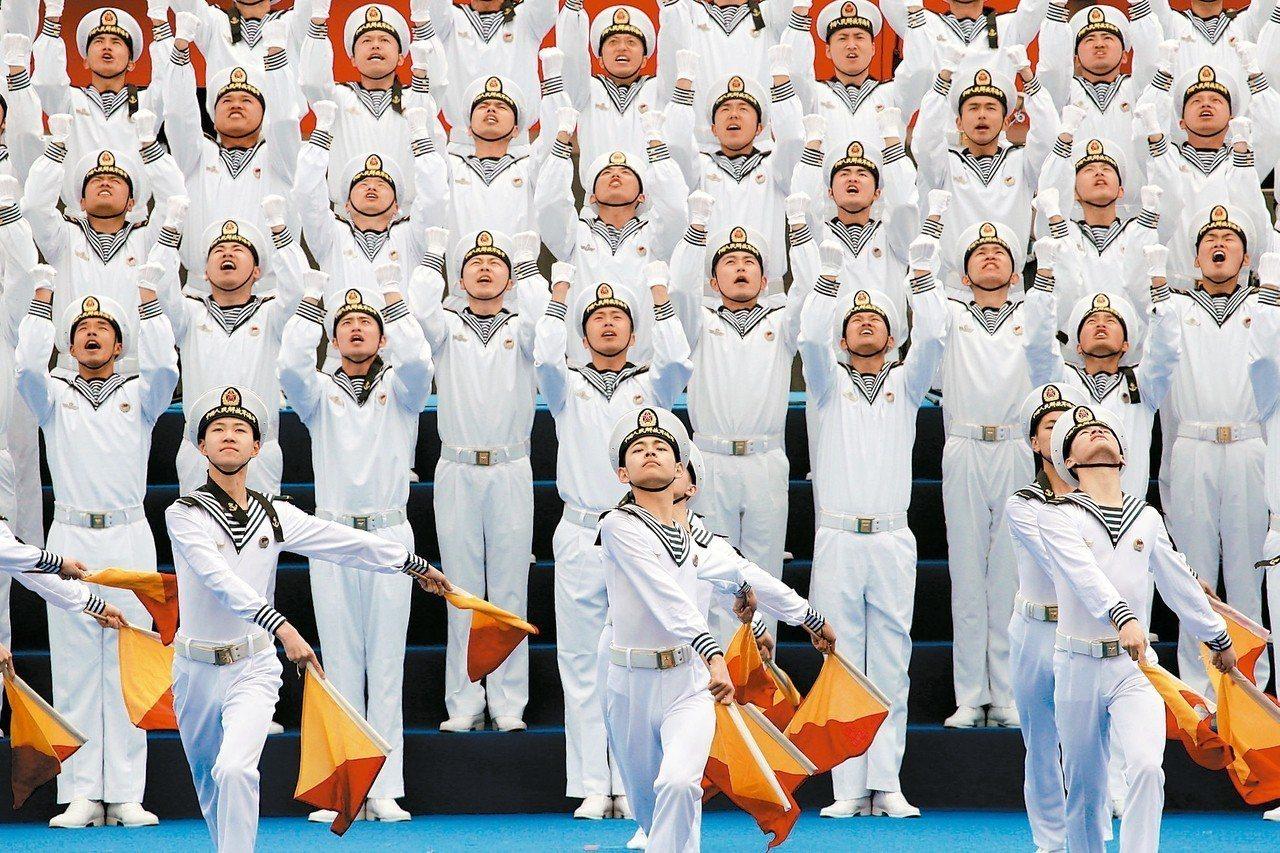 中共海軍成立七十周年的中外海軍聯合軍樂展示活動,廿二日在山東青島舉行。 (路透)