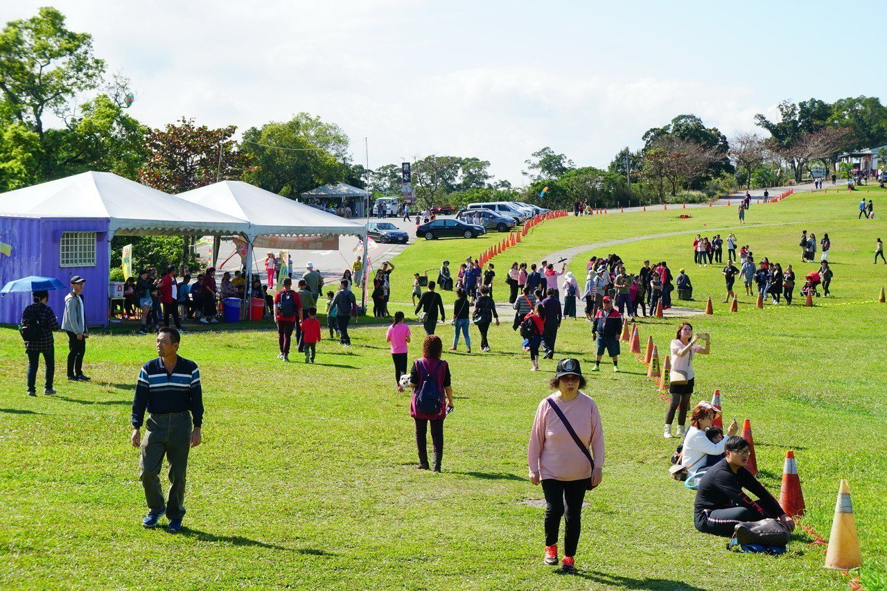 觀光局祭出春遊補助方案,台東縣團旅申請部分已滿,各景區團體遊客明顯增加。記者羅紹...