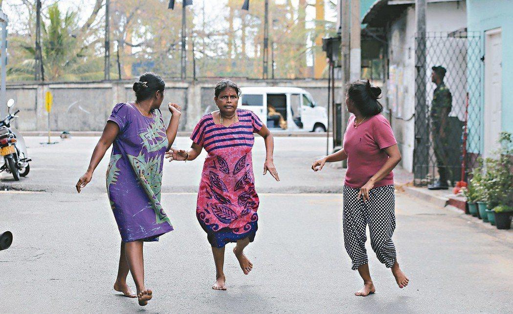 拆彈爆炸 驚恐瞬間斯里蘭卡可倫坡聖安東尼教堂附近一輛廂型車廿二日爆炸,警方隨...