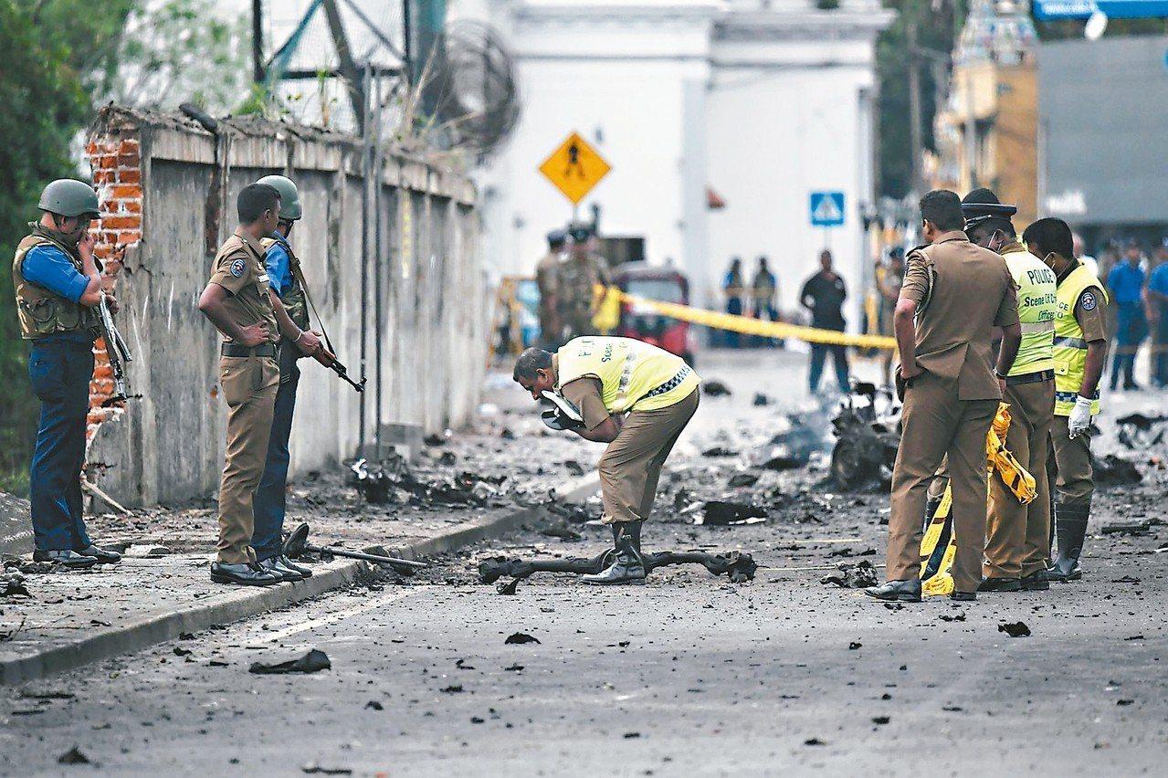 斯里蘭卡警方隨即在現場蒐證。 (法新社)