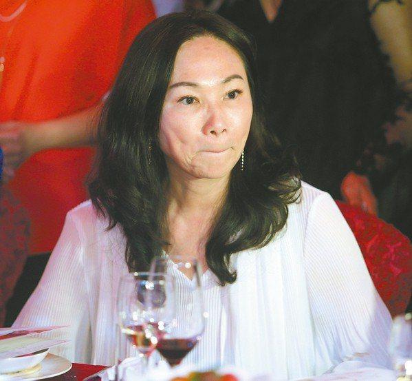 高雄市長韓國瑜妻子李佳芬昨晚被問到韓不選總統韓粉要燒黨證,一向快人快語的她突然感...
