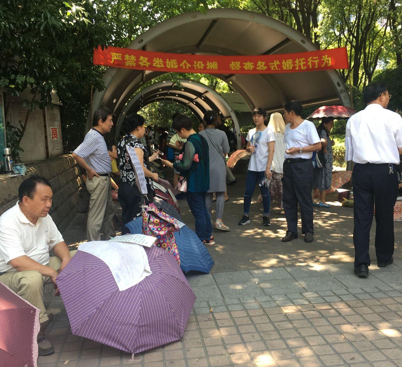 大陸「光棍潮」來襲,上海人民公園內的「相親角」,每逢周末就會出現許多為兒女徵婚的...