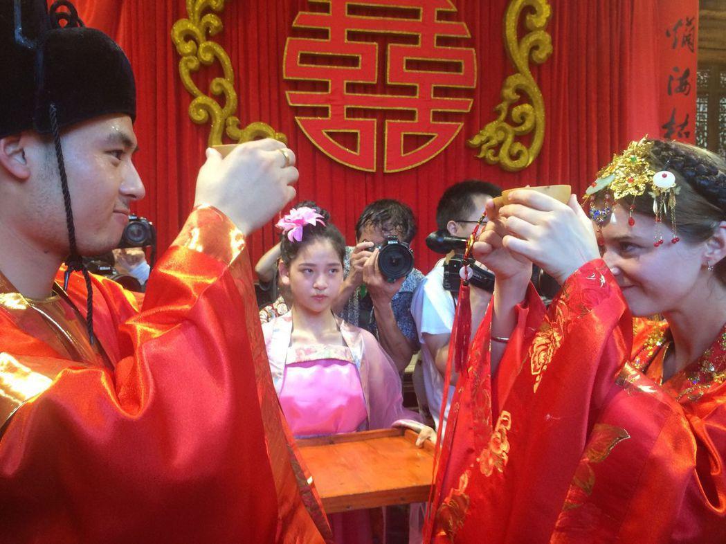 在浙江一場集體婚禮上,有對令人注目的大陸新郎與烏克蘭新娘。(中新社資料照片)