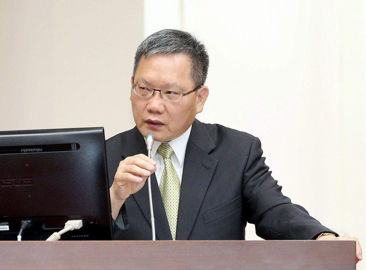 財政部長蘇建榮昨至立法院進行台商資金回流專案報告並備詢。 記者余承翰/攝影