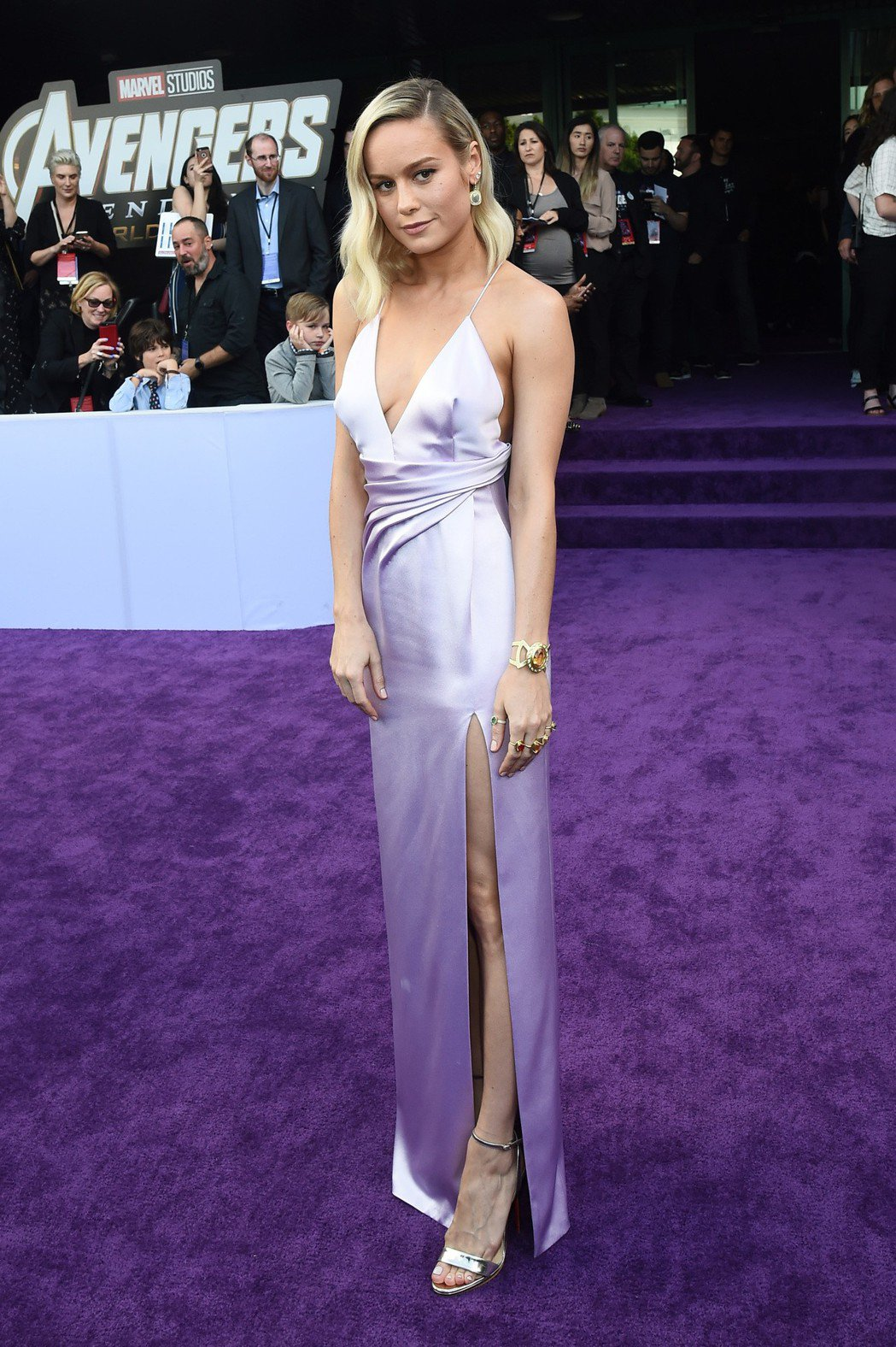 「驚奇隊長」布麗拉森以一襲粉紫色洋裝登場,手上戴著多色戒指,應是致敬片中的「無限