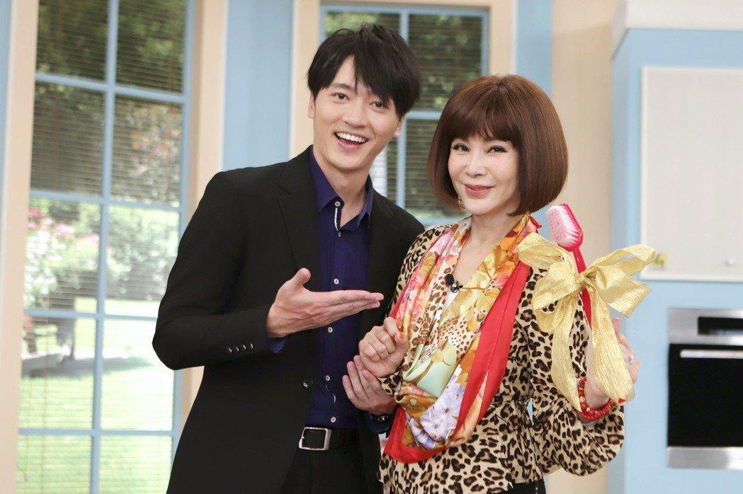 馬俊麟(左)送上「不求人」給陳美鳳。圖/民視提供