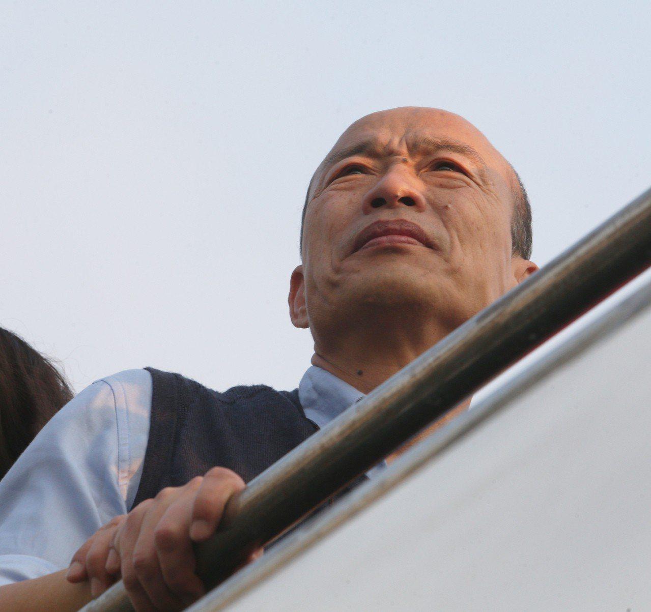 高雄市長韓國瑜下午出席高雄市輪船公司舉辦的新遊港航班記者會,並搭船直播介紹高雄港...