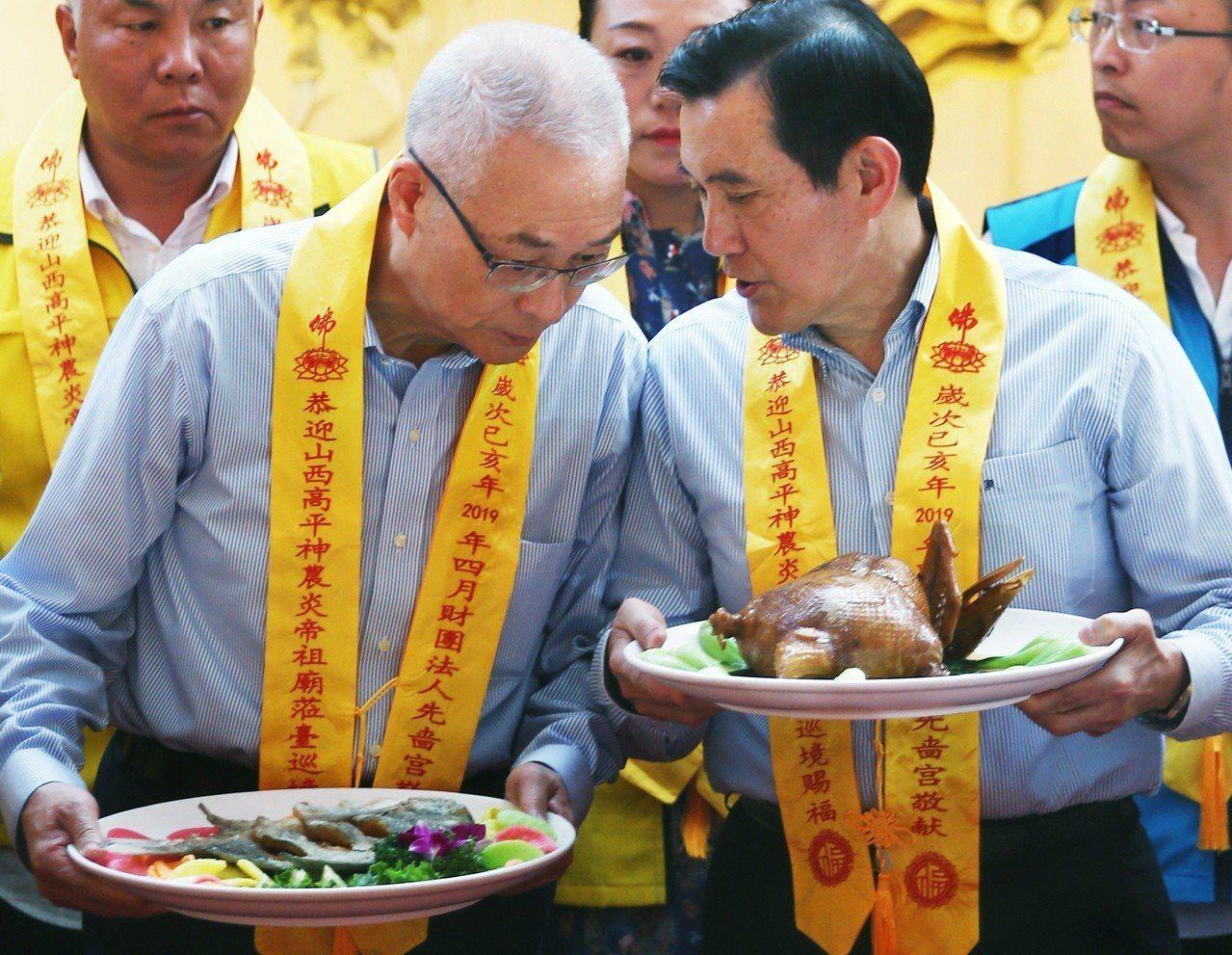 對於韓國瑜批國民黨權貴政治,前總統馬英九(右)表示,相信吳敦義(左)會做最好的安...