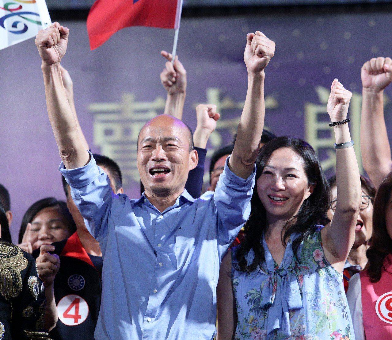 高雄市長韓國瑜(左)去年選前之夜造勢,與妻子李佳芬一起上台,宣示將翻轉高雄。 圖...