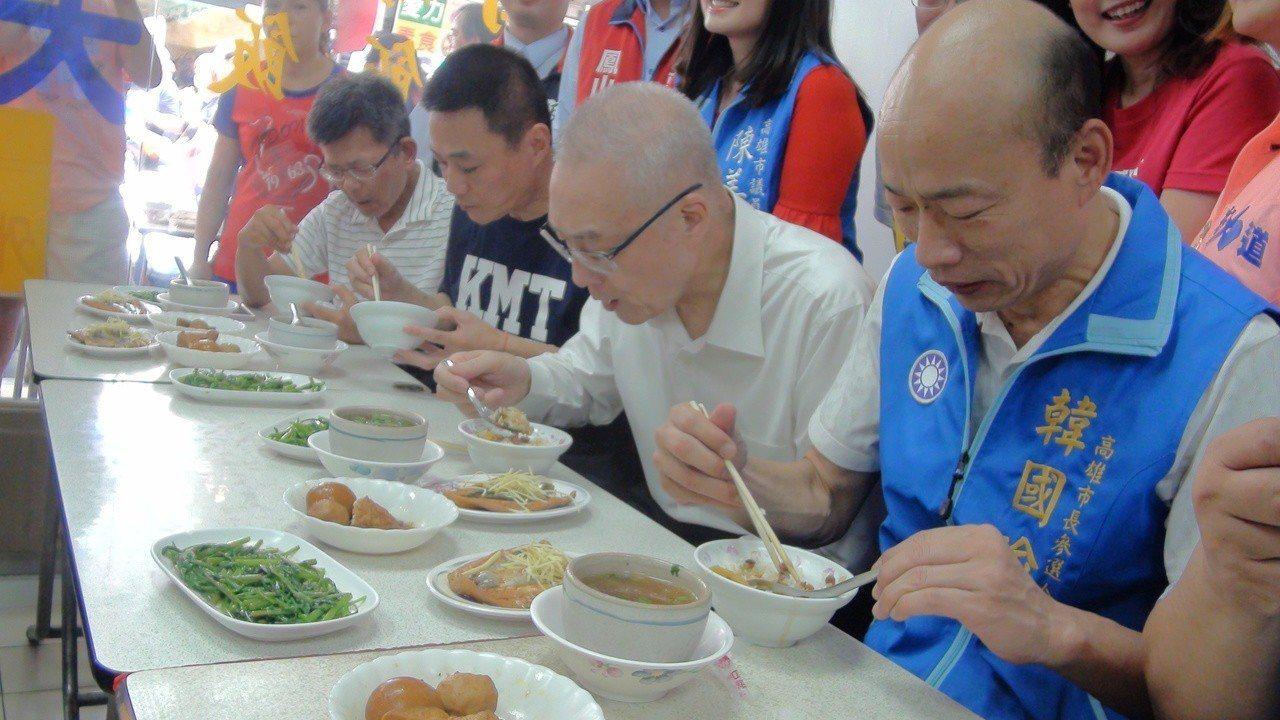 吳敦義、韓國瑜的心結,要從「一碗滷肉飯」開始說起。圖為選前吳敦義陪韓國瑜造勢,吃...
