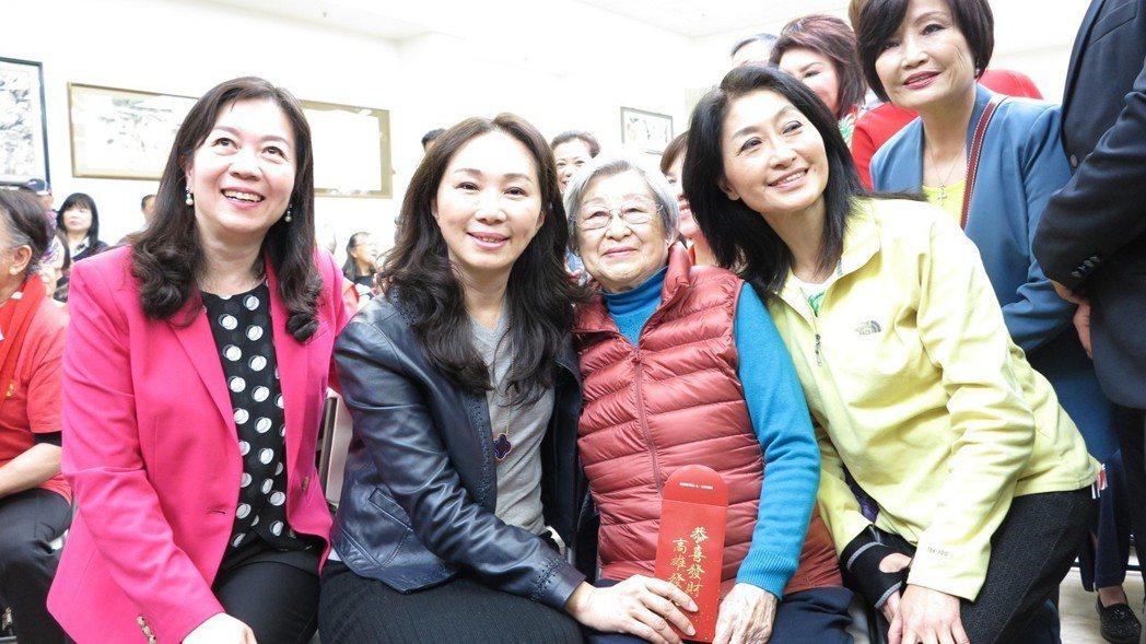 高雄市長韓國瑜的妻子李佳芬(左二)隨行訪美,在舊金山會晤銀髮僑胞時,希望僑胞長輩...
