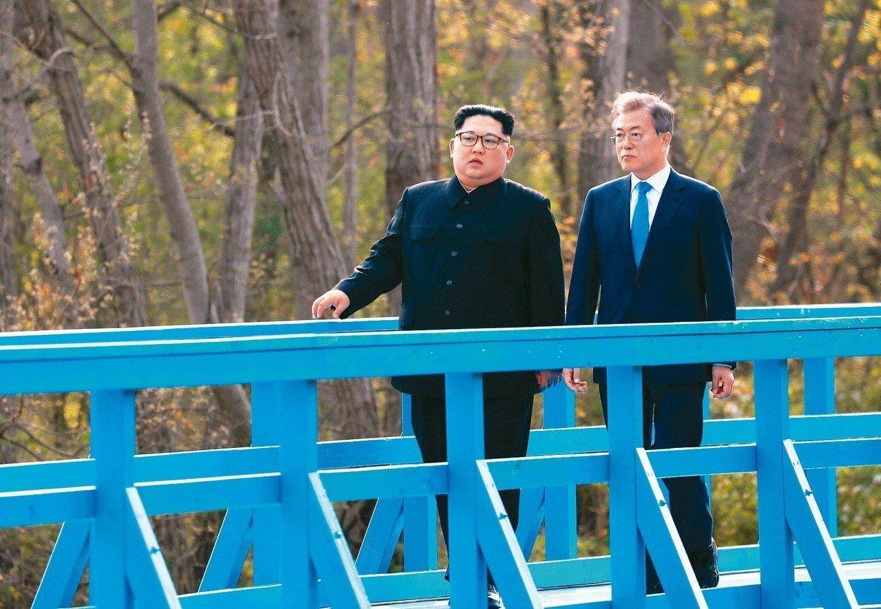 與俄羅斯的會晤可能成為北韓與中國和美國討價還價的一張牌。圖為金正恩和文在寅在藍橋...