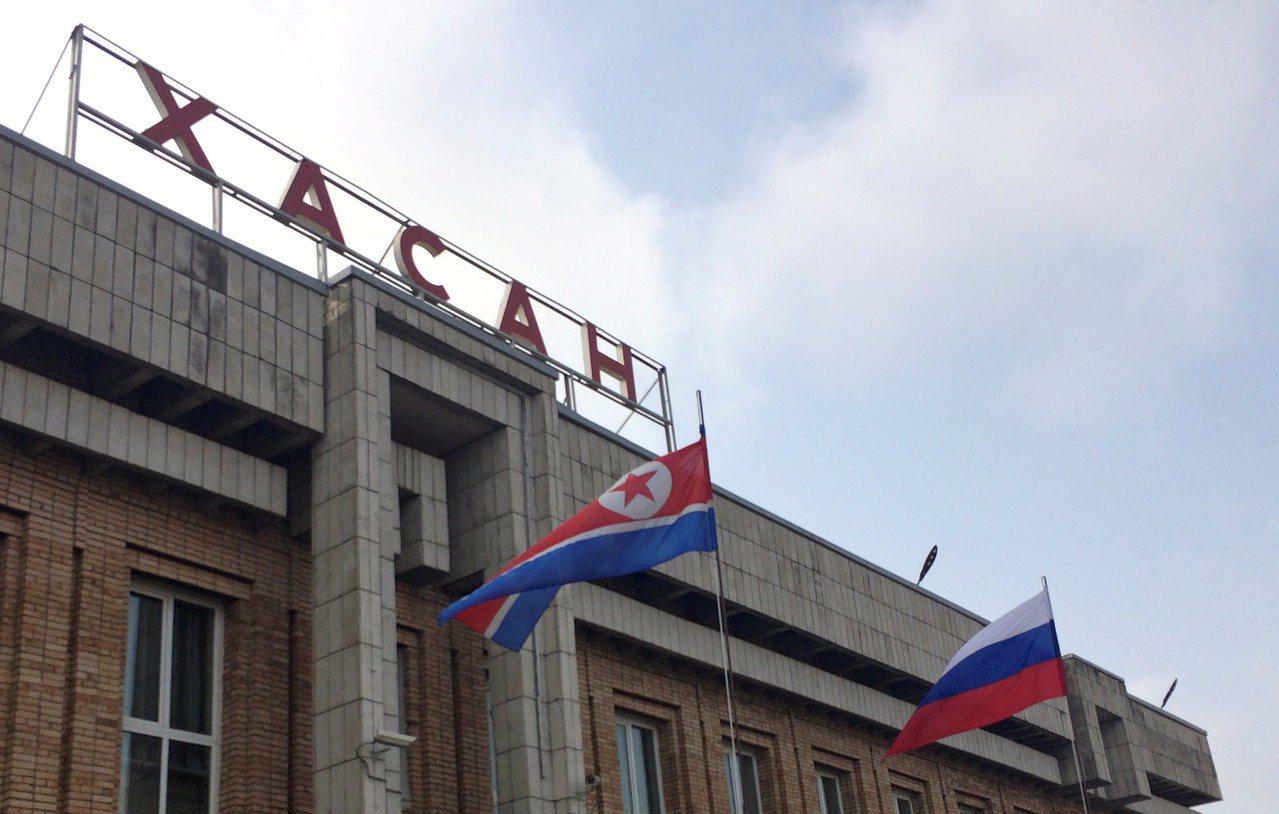 俄國鄰近北韓邊界的哈桑車站23日掛起北韓國旗,歡迎即將來訪的金正恩。 (路透)