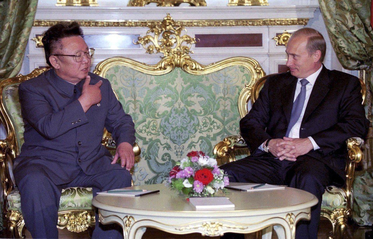 北韓已故領導人金正日(左)曾於2001年跟普亭舉行一對一會談。 (美聯社)