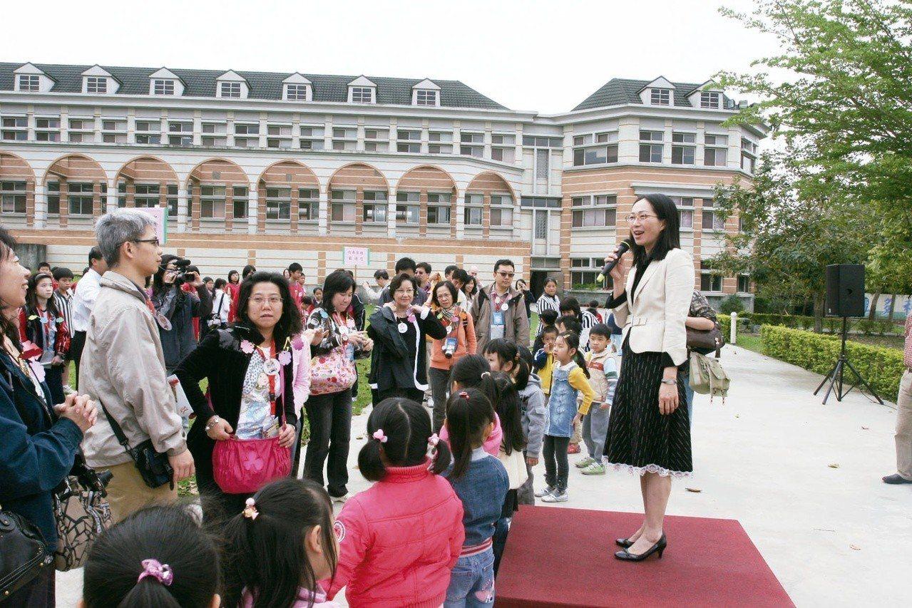 曾擔任維多利亞小學副董事長的李佳芬(右),2009年三月下旬對香港師生來訪致歡迎...