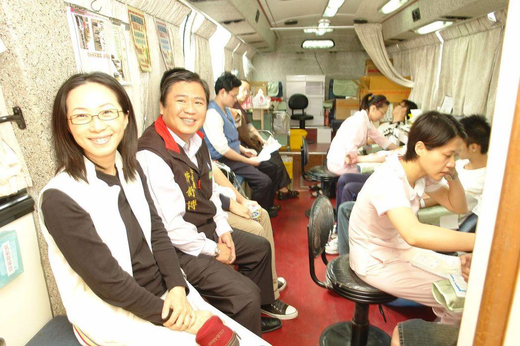 李佳芬(左)擔任雲林縣議員時,曾率先捐血。 圖/聯合報系資料照片