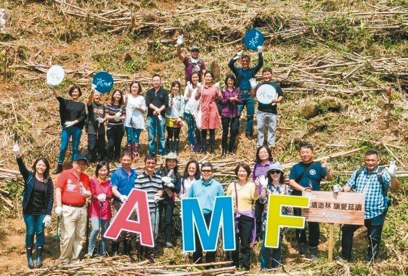「亞洲會展產業論壇」邀請會展界人士,一同到坪林山坡地親手種樹。 貿協/提供