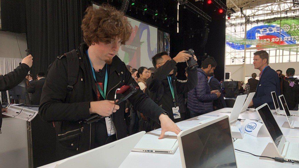 國際媒體正在試用Acer新產品。 報系資料照。