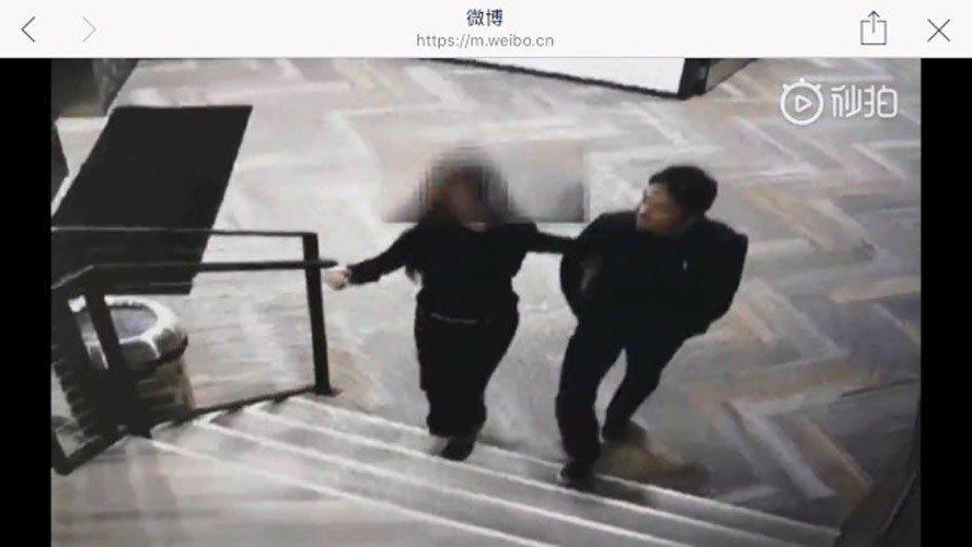 女方挽著劉強東的手臂。(明州事記視頻截圖)