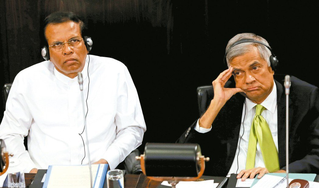 斯里蘭卡總統西里塞納(左)與總理威克瑞米辛赫(右)鬧不和,圖為兩人2017年參加...