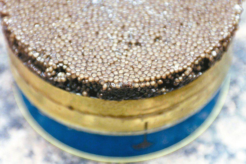 中國大陸生產的價格低廉魚子醬大量銷往美國,使其身價和地位大跌,變成平民小吃。 路...
