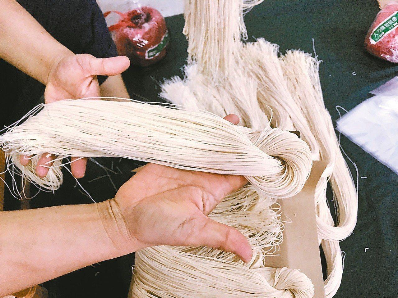 潮州鎮僅存的日曬製麵店竹輝行,為把關品質,每日只做400斤的麵條,有些客人下單,...