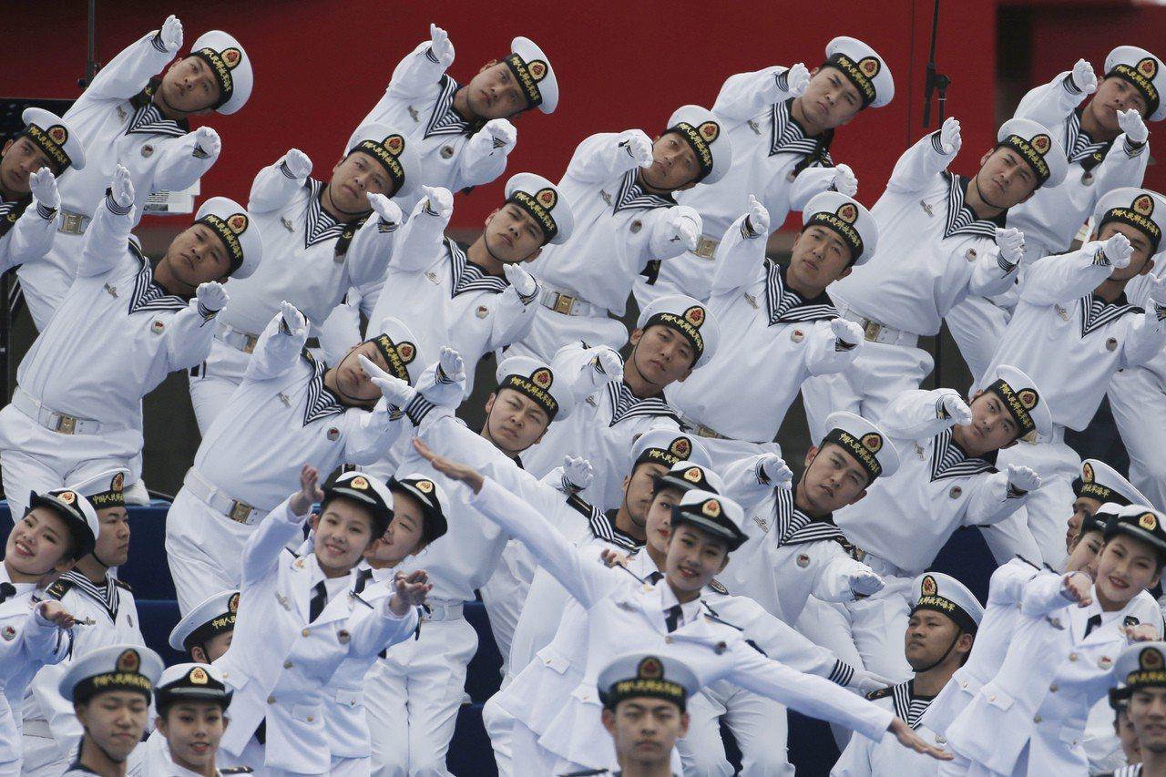 中國海軍今天在青島外海舉行海上閱兵式。歐新社