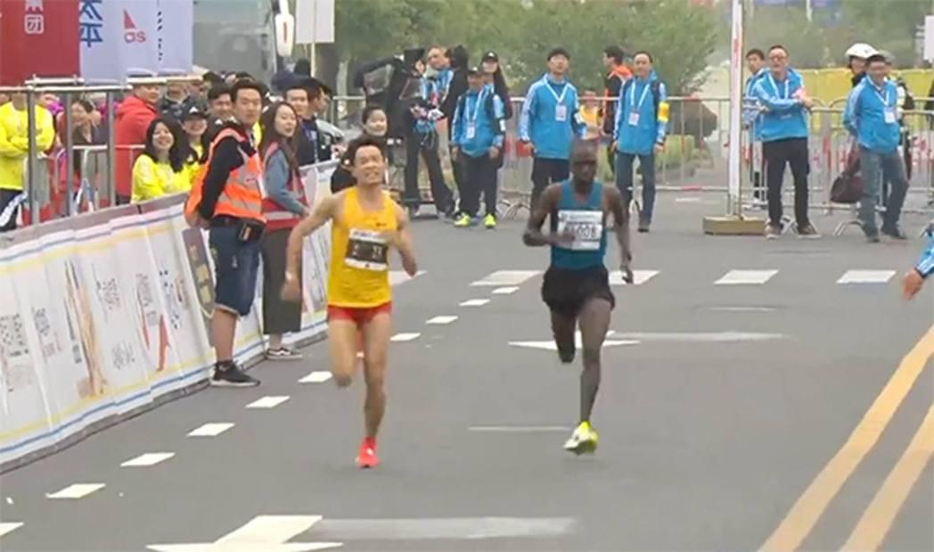 中國男跑手吳向東昨於上海參加半馬拉松比賽時突然肚痛,更忍不住「邊跑邊拉」,但他並...