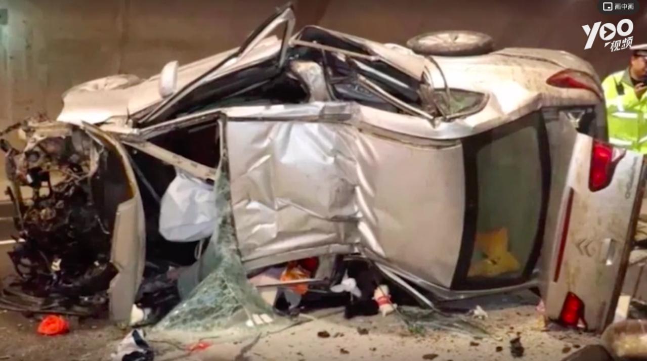 警方調查後發現駕駛在車禍發生前兩、三分鐘正使用微信和朋友傳訊息聊天。圖擷自騰...
