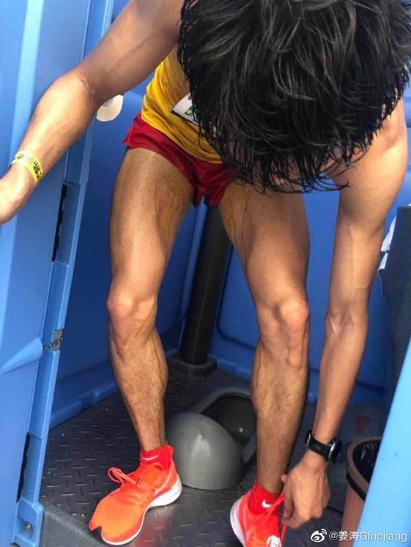 吳向東於比賽途中「邊跑邊拉」,雙腳內則明顯看到啡色的水迹,他賽後立即到洗手間清理...