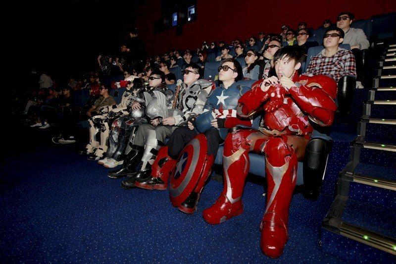 圖為2017年,中國長春市的影迷們裝扮成劇中人物的樣子觀影。 圖/路透社