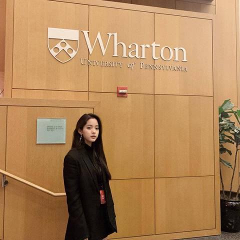 歐陽娜娜之前高喊自己是中國人,結果引起軒然大波,最近她在IG發文出現簡體字,又再度引發網友論戰。歐陽娜娜最近在賓州大學參加一個「中美峰會」擔任嘉賓,還在IG上分享照片,不過她使用的文字是簡體字,這引...