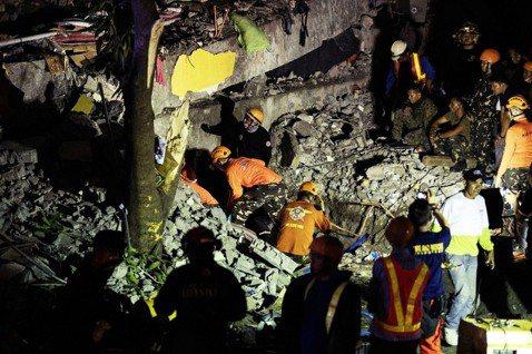 菲律賓呂宋島中部22日下午發生芮氏規模6.1強震,截至周二清晨共通報有11人死亡...