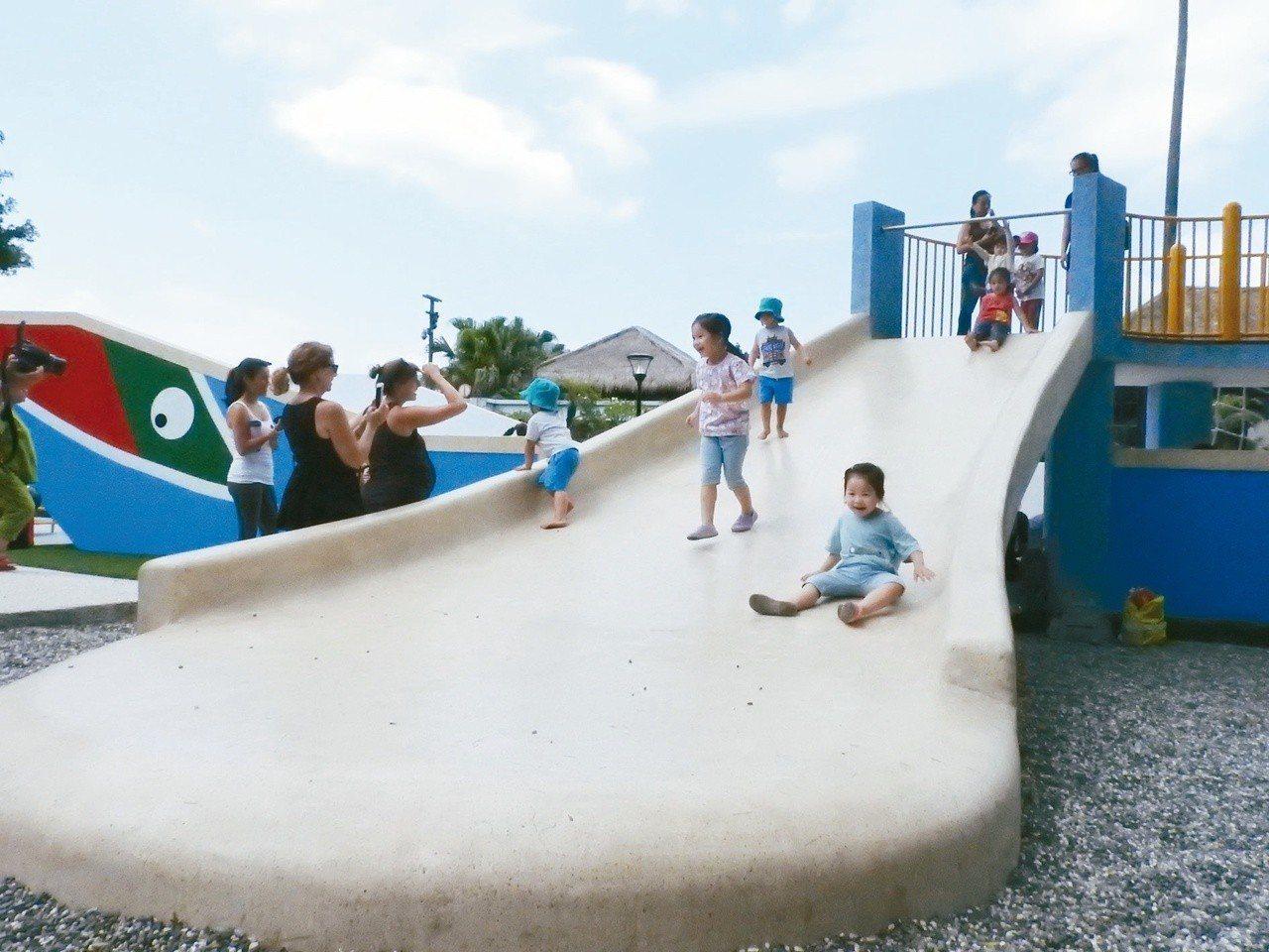 淡水觀潮廣場共融性遊戲場,其中超大磨石子溜滑梯,大人小孩可一起玩。記者祁容玉/攝...
