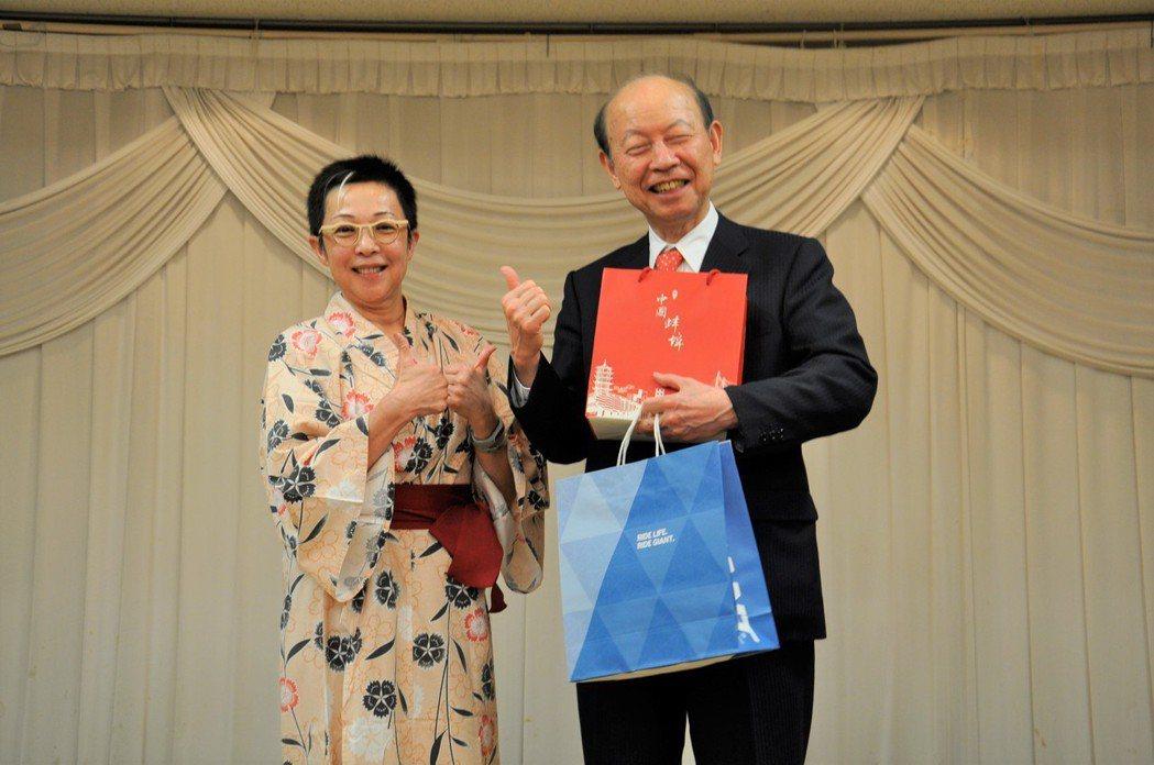 劉麗珠(左)代表捷安特致贈禮品予石井隆一。 捷安特/提供
