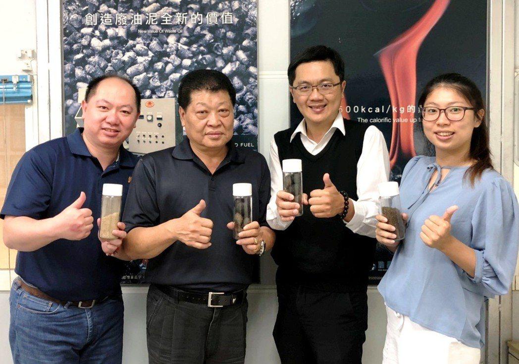 中華醫事科大教授郭益銘(右二)團隊成功將廢油提煉成高熱能燃料,展示成品。圖/中華...