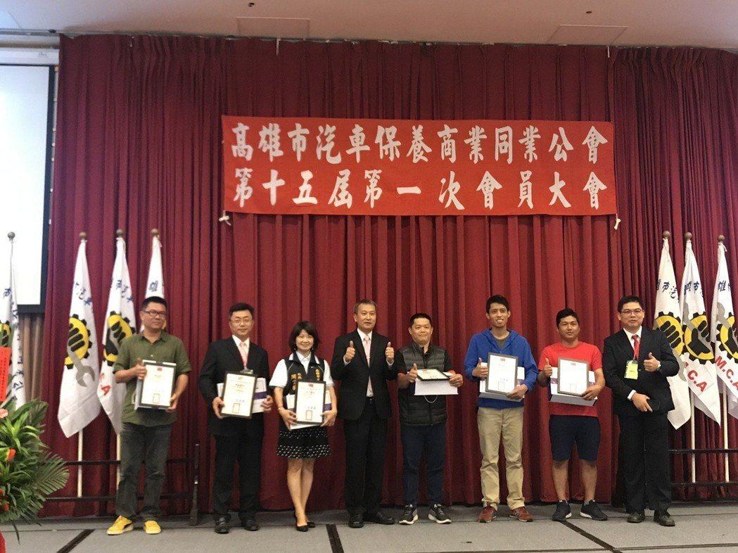 理事長曾建勝(左四)頒發優良會員獎狀 蔡耀章