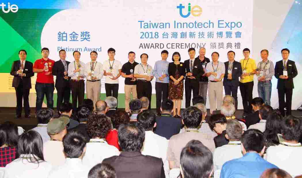 智慧財產局局長洪淑敏(右八)與2018年台灣創新技術博覽會鉑金獎得主合影。 貿協...