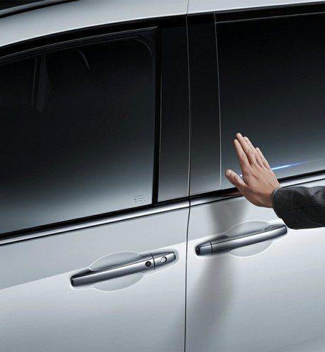 不用握門把就能開門!Honda發表全球首創「魔術感應門」