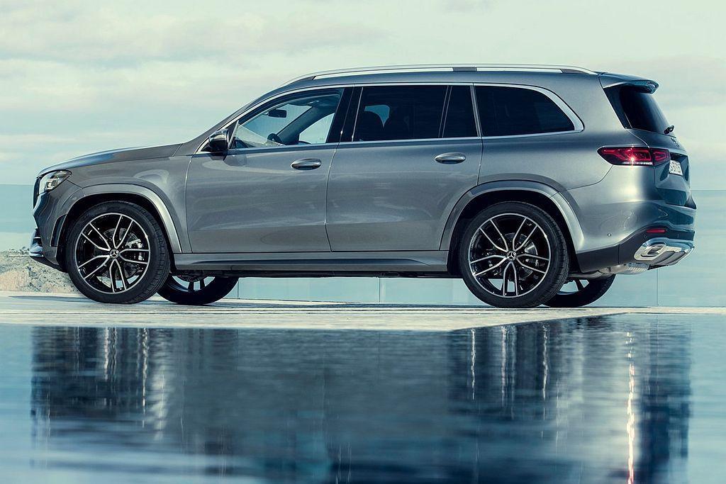 全新賓士GLS休旅車以傲人的車身尺碼、豪華的內裝鋪陳與充裕的7人乘坐空間,點燃豪...