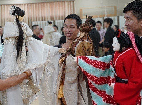 台灣布袋戲偶與文樂偶共同即興演出逗趣的三角關係橋段,締造台、日偶戲的寶貴經驗與畫...