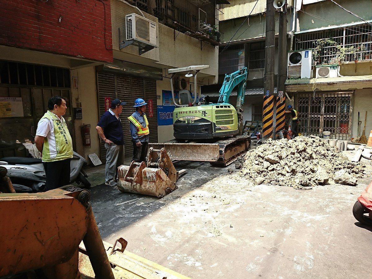 汐止區和平街電纜地下化工程,台電開始在拆電桿,預計這一期的工程,會在5月15日完...
