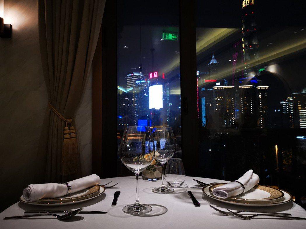 The WANG位於上海外灘,夜晚可一邊享用珍饌,一邊欣賞「魔都」夜晚的繁華之美...