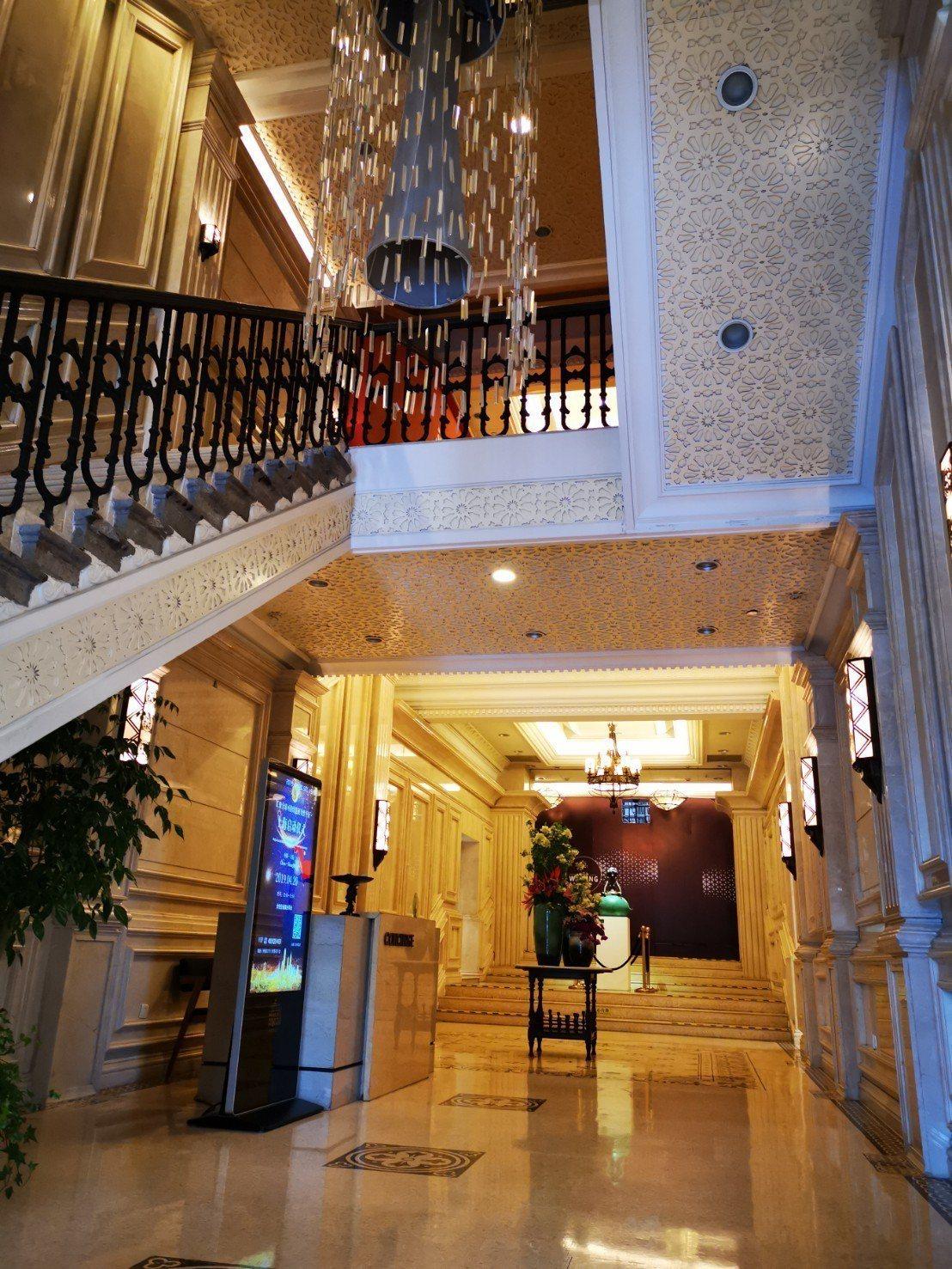 「外灘22號」是上海頂級餐廳的聚集地,建築物外觀雖飄著古蹟的沉香,內部卻是金光耀...