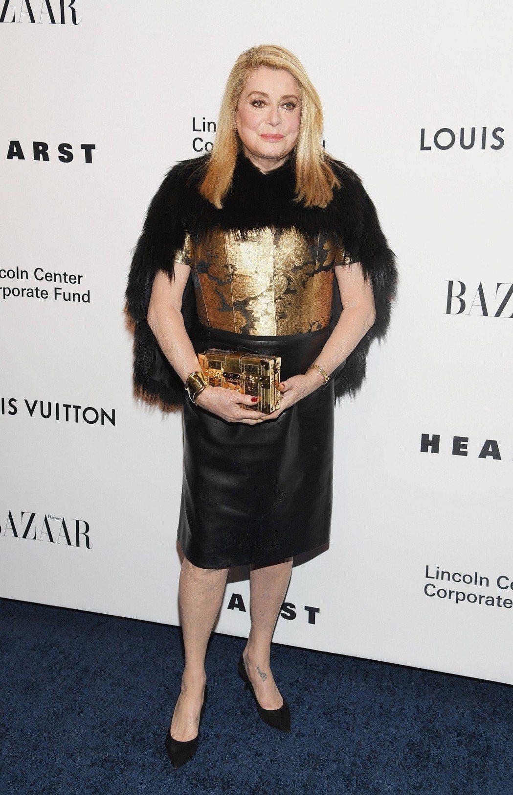 凱瑟琳丹妮芙在紐約的品牌活動上曾以Petite Malle包款搭配。圖/LV提供