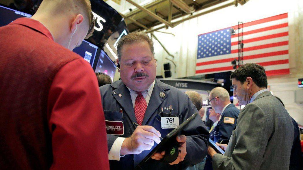 美股周一交易清淡,投資人正在等待本周數家大型公司的財報。  (路透)