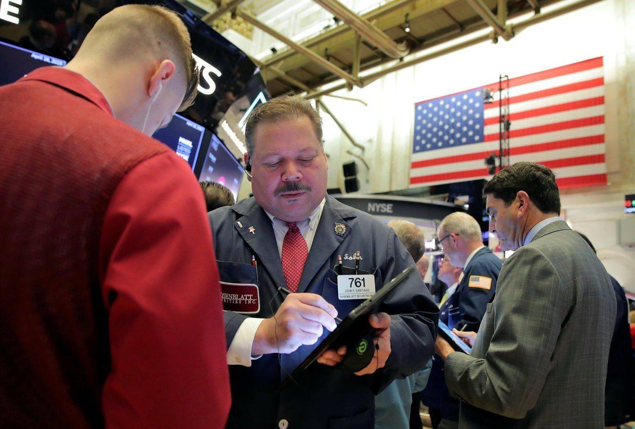 美股周一交易清淡,投資人正在等待本周數家大型公司的財報。 路透