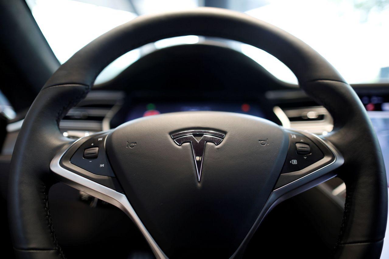 特斯拉將於明年推出無人駕駛的計程車服務。路透
