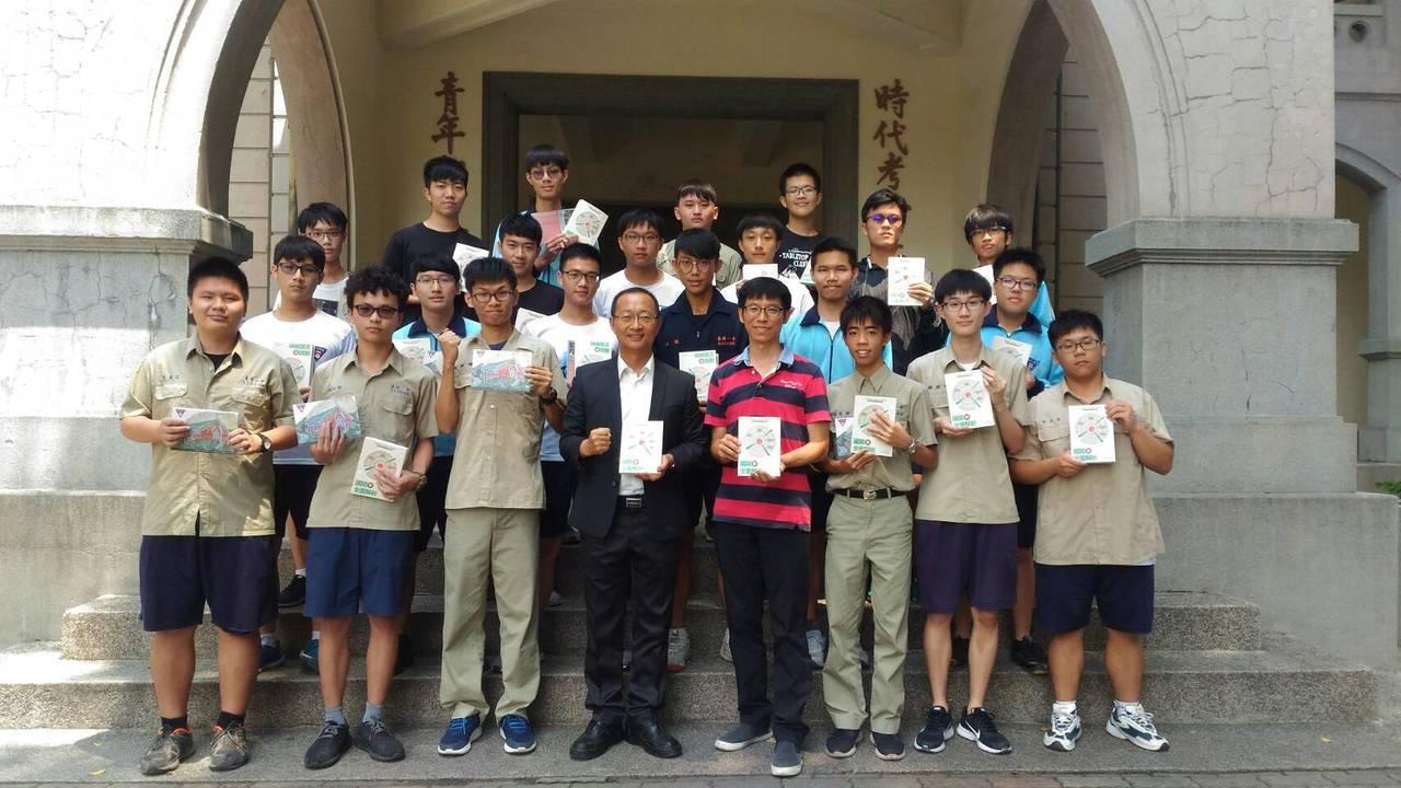 台南一中最近師生合作出版《精準命中!國寫全面解析》一書成為暢銷書。圖/南一中提供