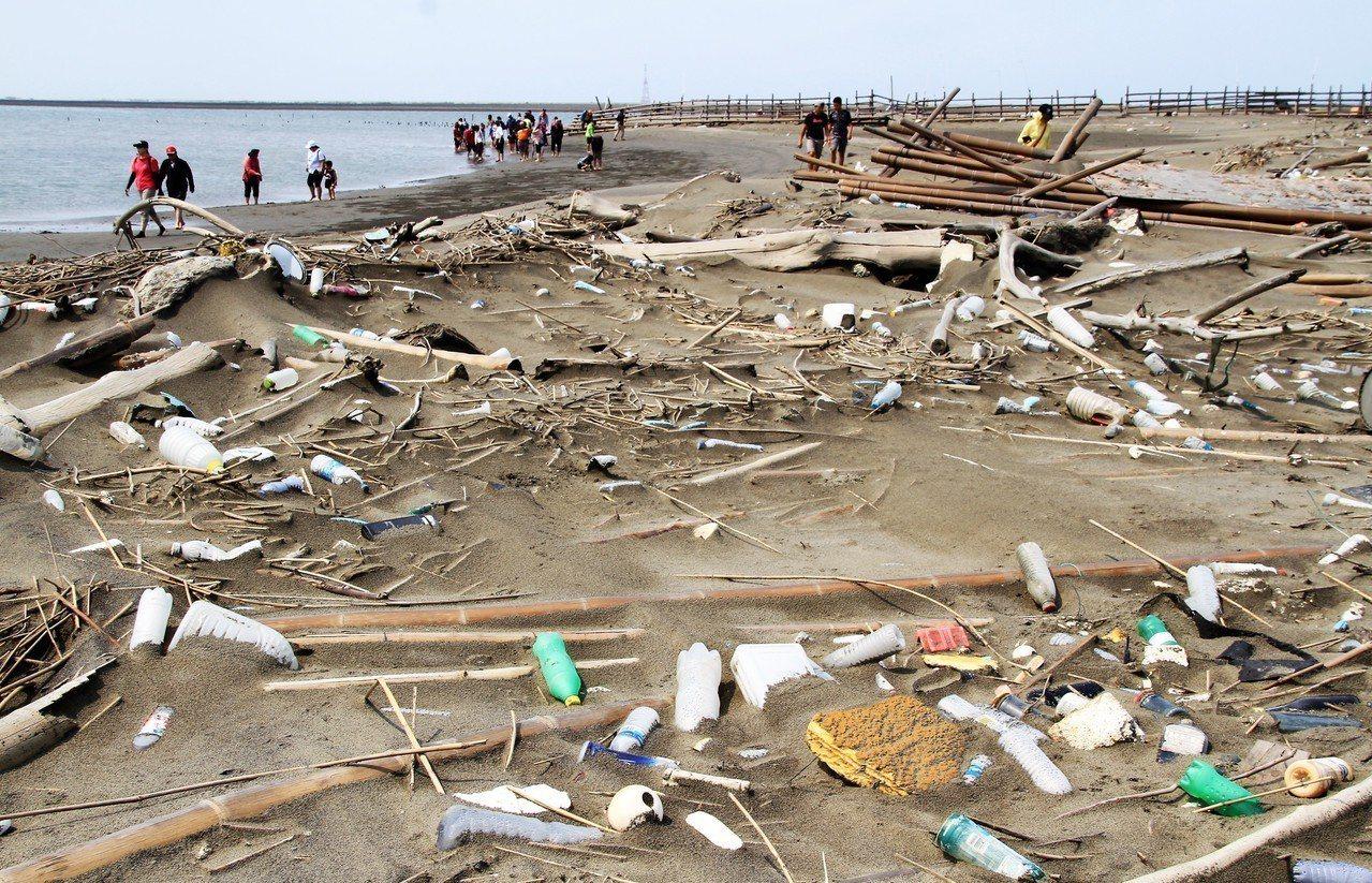 嘉義縣東石外海的外傘頂洲漂流垃圾驚人。記者卜敏正/攝影
